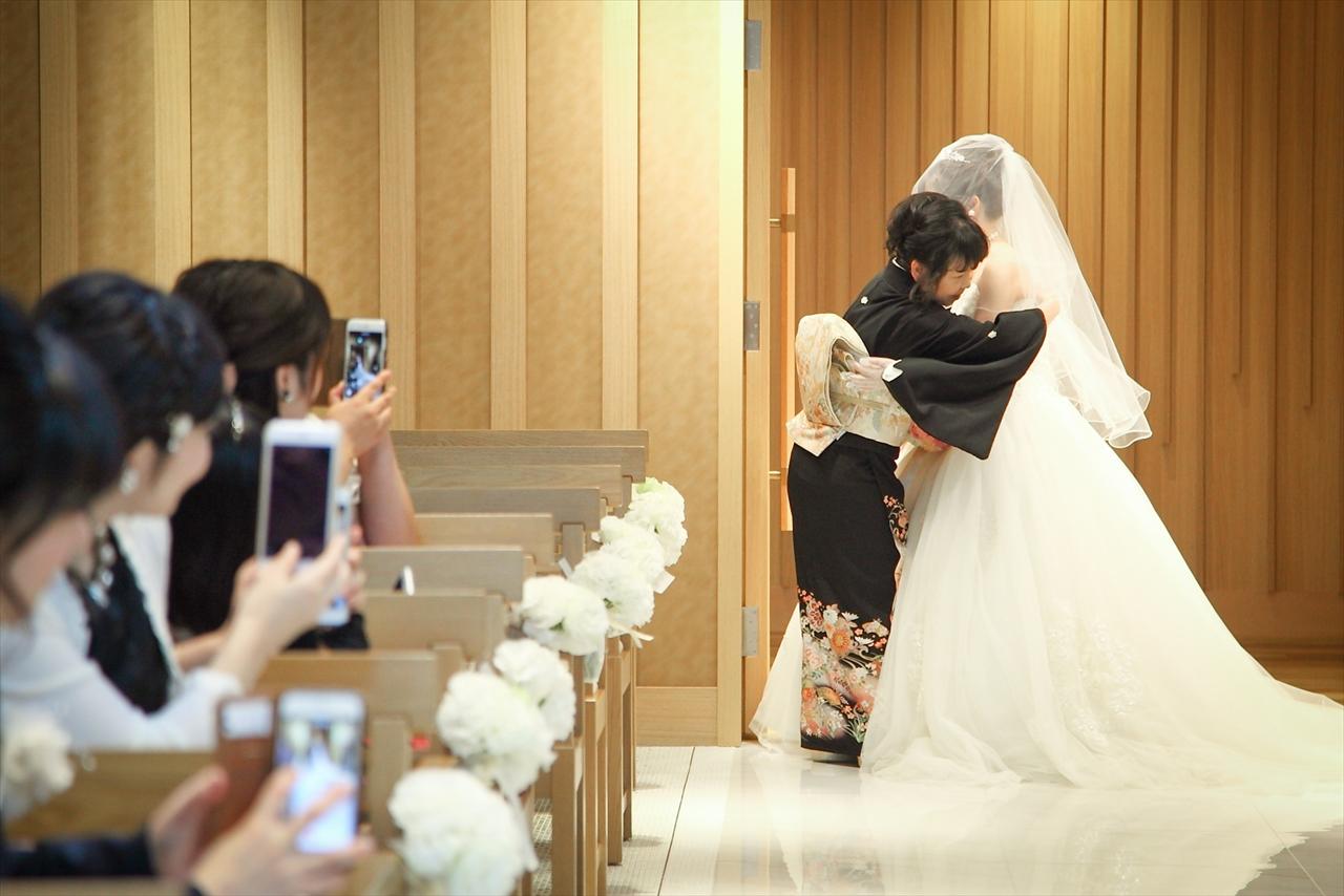 bf08288a2d615 人前結婚式では、まなみさんのお母様にヴェールダウンの儀式を行っていただきました
